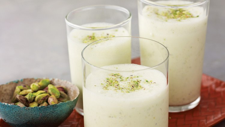 blender yogurt-pistachio smoothie
