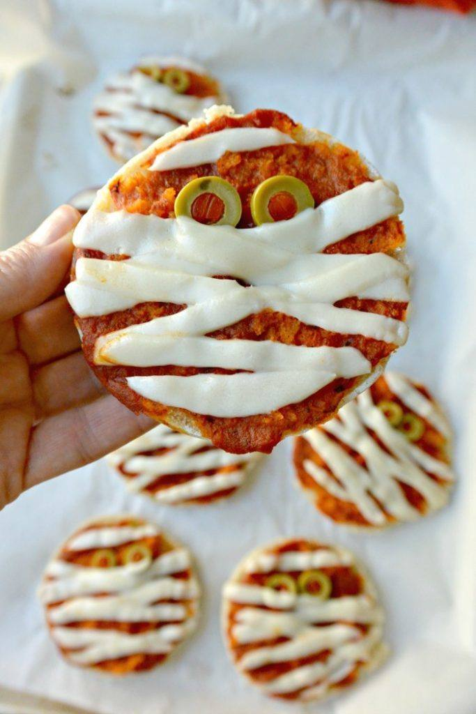 halloween mummy pizzas for kids