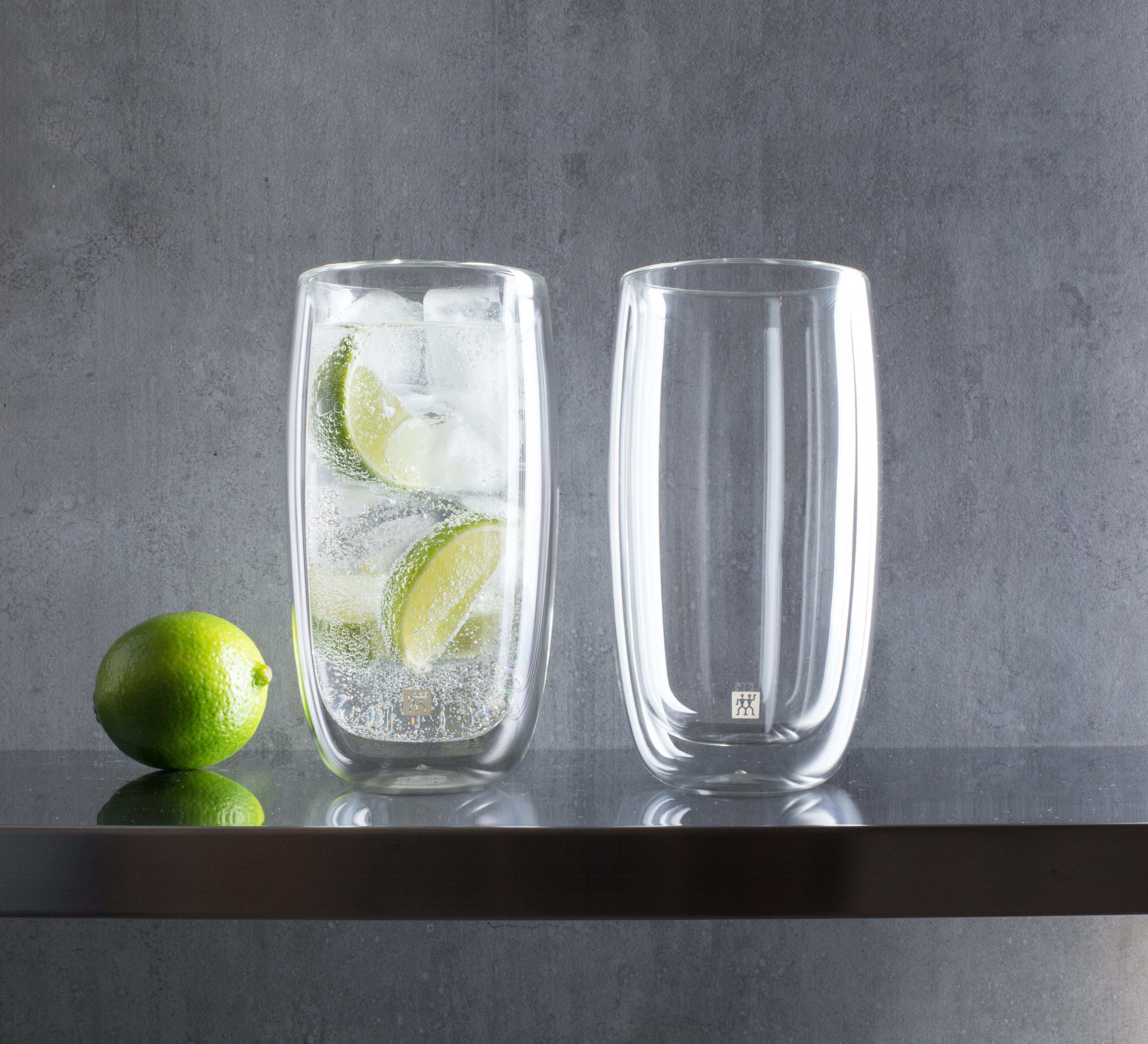 tall tumbler glasses with fizzi and limes